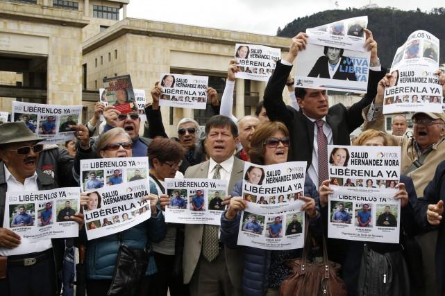 Des protestataires ont demandé la libération des trois... (Photo Fernando Vergara, AP)