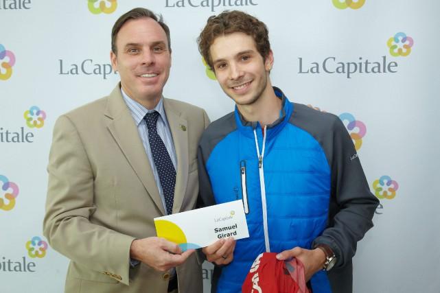 Samuel Girard reçoit ici une bourse de 4000$... (Photo courtoisie, André Kedl)