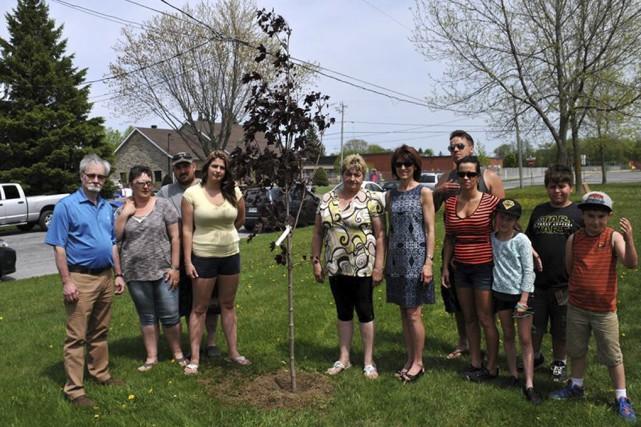 L'arbre a été planté en compagnie de la... (Fournie par la Ville de Farnham)