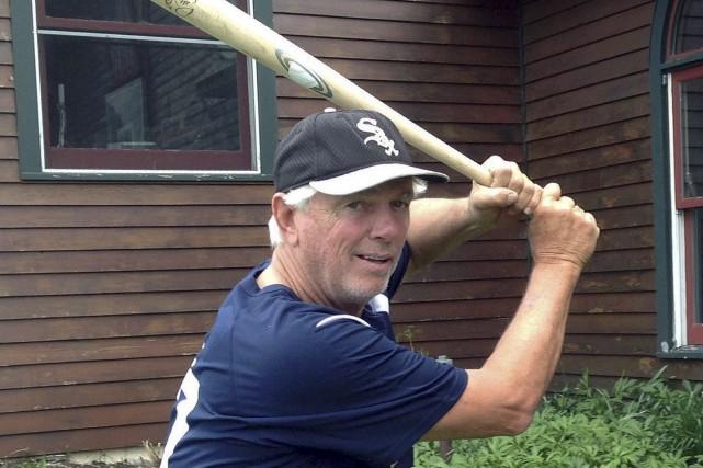 Bill Lee met à l'épreuve un des bâtons... (AP, Dave Gram)