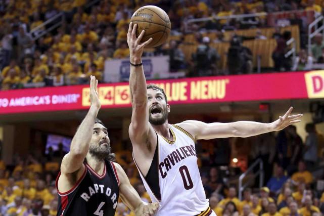 Luis Scola, des Raptors, tente de freiner Kevin... (AFP, Andy Lyons)