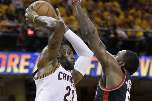 LeBron James a mis la main à la... (Tony Dejak, AP)