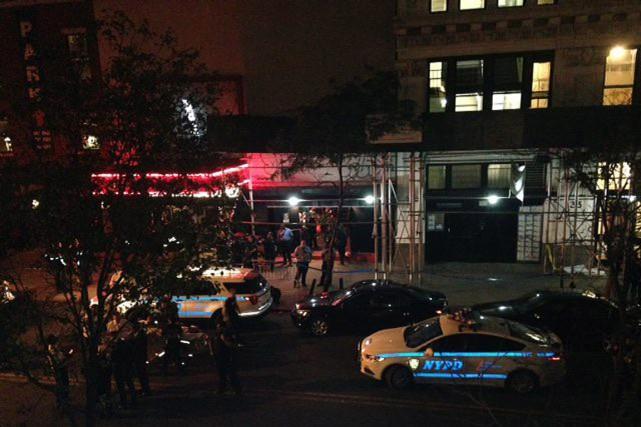 Les spectateurs se sont précipités dehors tandis que... (Photo Dana Schimmel, AP)