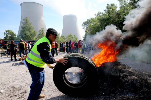 Des travailleurs bloquent l'accès au site nucléaire de... (PHOTO FRANCOIS NASCIMBENI, AFP)