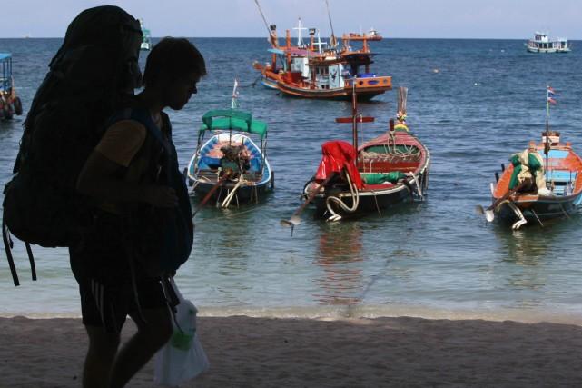 Un touriste fraîchement arrivé sur l'île thaïlandaise de... (PHOTO CHAIWAT SUBPRASOM, ARCHIVES REUTERS)