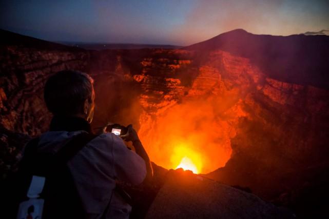 Le volcan Masaya, à une vingtaine de kilomètres... (PHOTO AFP)
