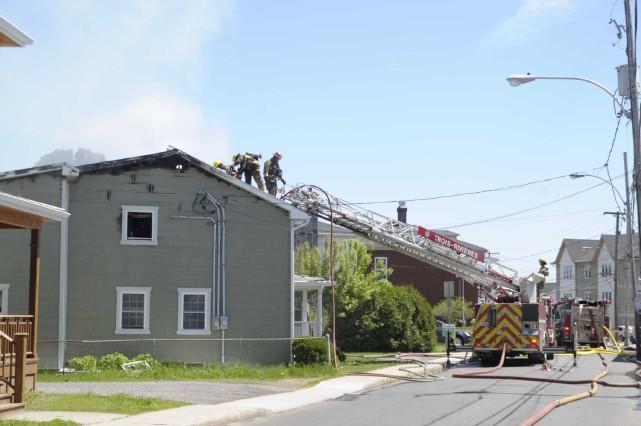 Le feu a lourdement endommagé jeudi matin une résidence de la rue... (Sylvain Mayer)
