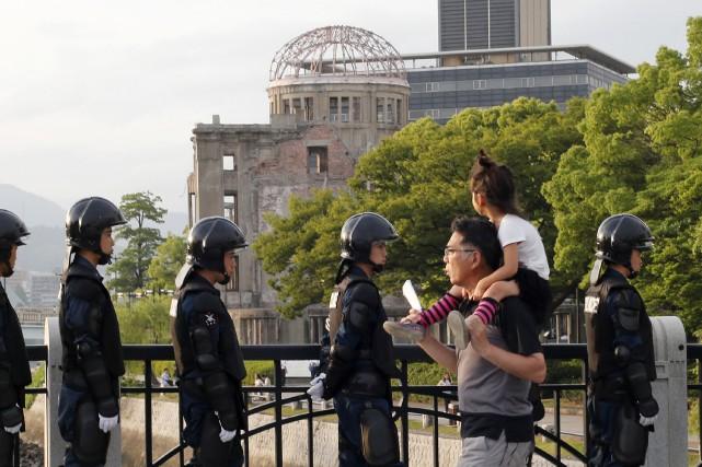 Un père et sa fillette passent près de... (AP, Shuji Kajiyama)