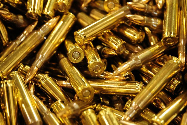 Deux pistolets, un revolver et 34 munitions de... (Archives AFP)