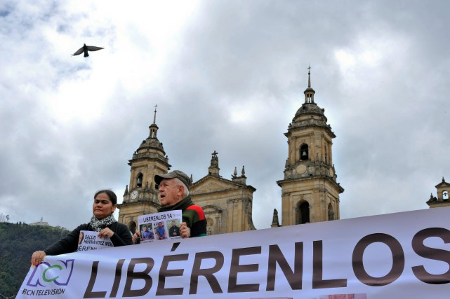 Deux reporters de la radio-télévision colombienne RCN, Diego... (PHOTO GUILLERMO LEGARIA, AFP)