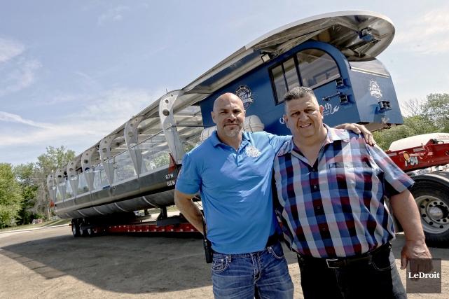 Le propriétaire du bateau, Robert Taillefer, se tient... (Simon Séguin-Bertrand, LeDroit)
