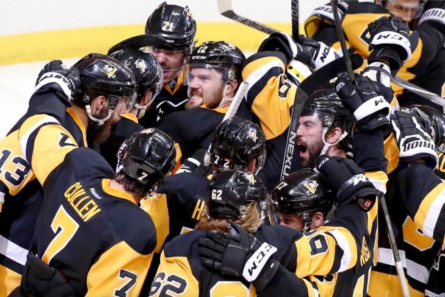 Les Penguins de Pittsburgh célèbrent après leur victoire... (AP, Gene J. Puskar)