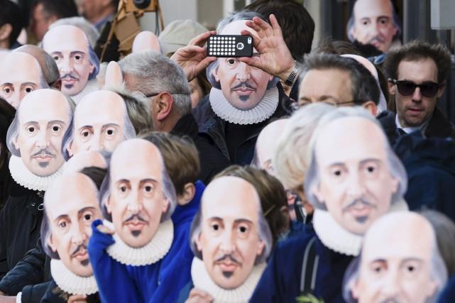 Des gens portent des masques de Shakespeare à... (Joe Giden, Archives AFP)