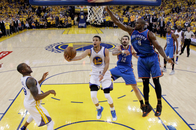 Stephen Curry (au centre) a inscrit 31 points... (Photo Marcio Jose Sanchez, AP)