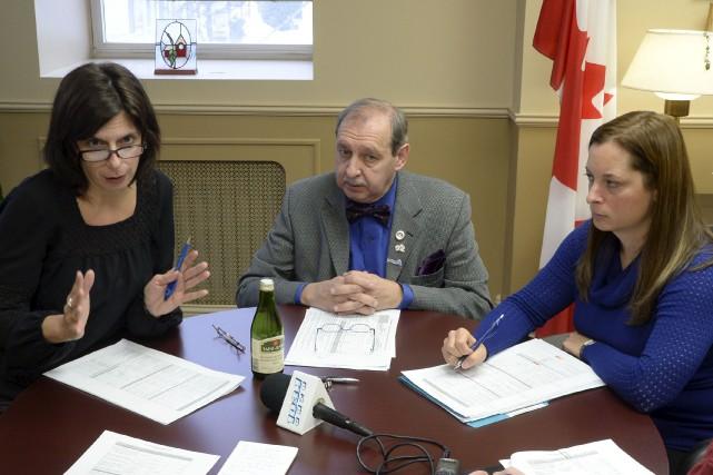 Sonia Deslauniers, à gauche, et Yvon Deshaies travaillent... (Sylvain Mayer)
