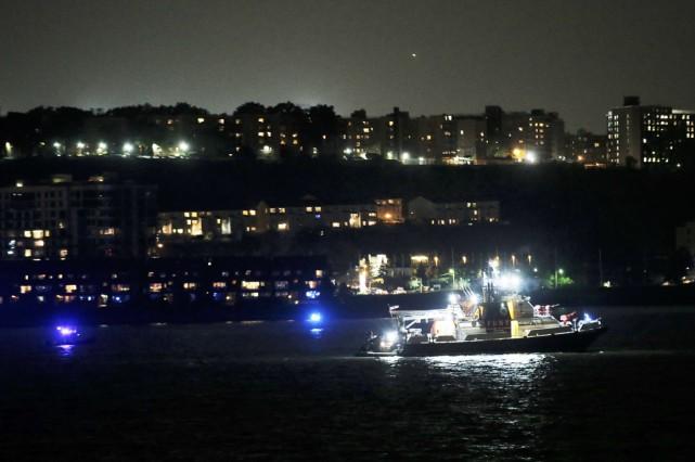 Un bateau recherche l'appareil qui s'est abîmé dans... (Photo Reuters)