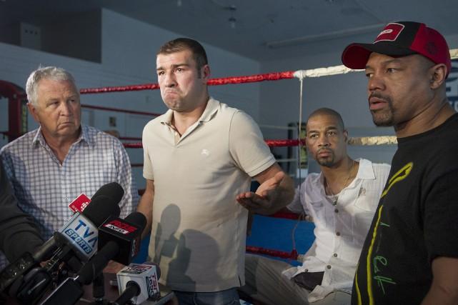 Accompagné de son équipe, Lucian Bute s'est présenté... (La Presse Canadienne)