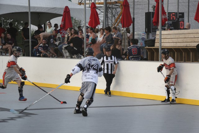 Près de 2000 joueurs de hockey-balle s'affrontent ce week-end... (Photo Julie Catudal)