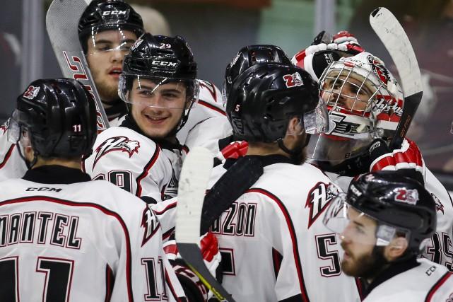Le gardien Chase Marchand et ses coéquipiers célèbrent... (La Presse Canadienne, Jeff McIntosh)