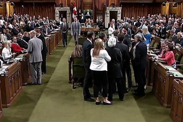 Justin Trudeau a agrippé le whip conservateur Gord... (Archives La Presse Canadienne)
