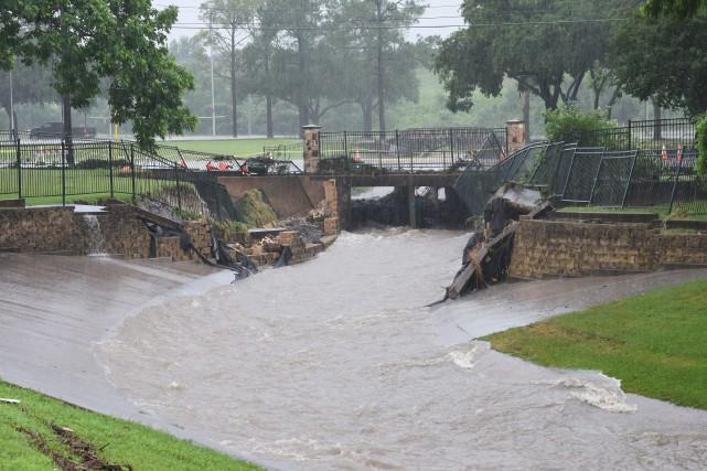 Les pluies torrentielles ont démoli ce pont situéà... (Photo Timothy Hurst, AP/College Station Eagle)