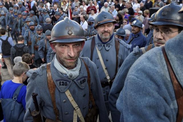 Des hommes vêtus d'uniformes de la Première Guerre... (AFP, Jean-Christophe Verhaegen)