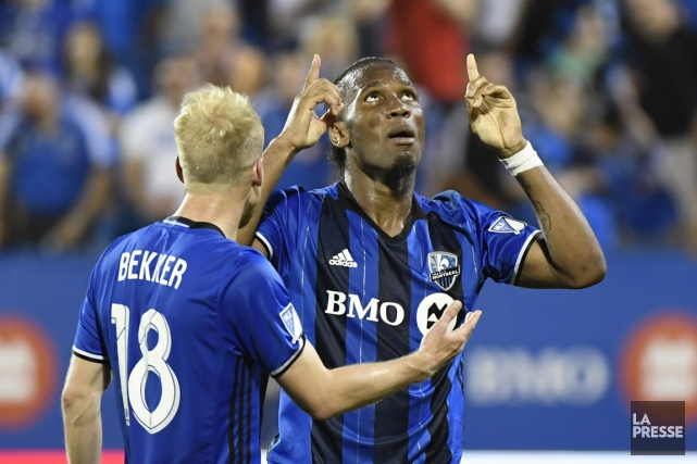 Drogba a envoyé un long coup franc direct... (Photo Bernard Brault, La Presse)