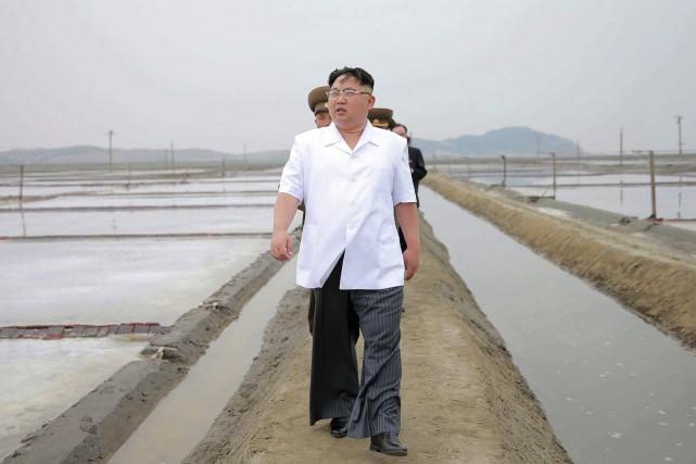 Kim Jong-Un en visite dans la ville de... (AFP, fournie par la République de Corée)