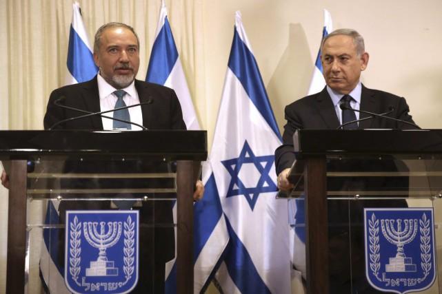 Le premier ministre israélien Benyamin Nétanyahou (à droite)... (PHOTO MENAHEM KAHANA, AFP)