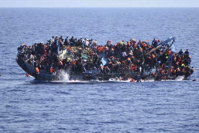 Cette barge remplie de migrants a chaviré le... (AP, fourine par la Marine italienne)