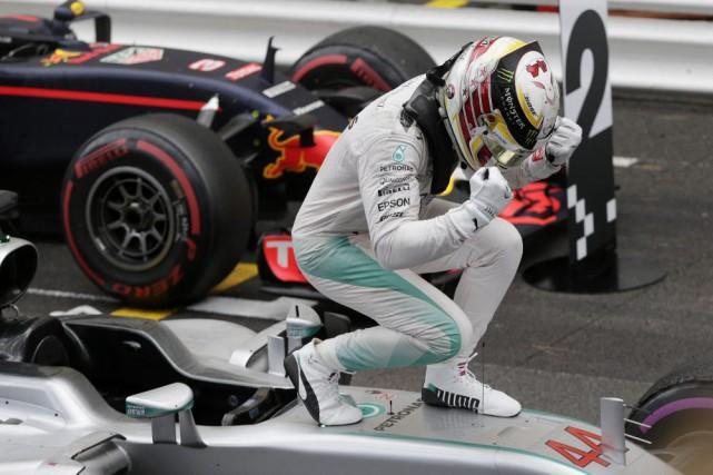 Le pilote de l'écurie Mercedes Lewis Hamilton ne... (AP, Petr David Josek)