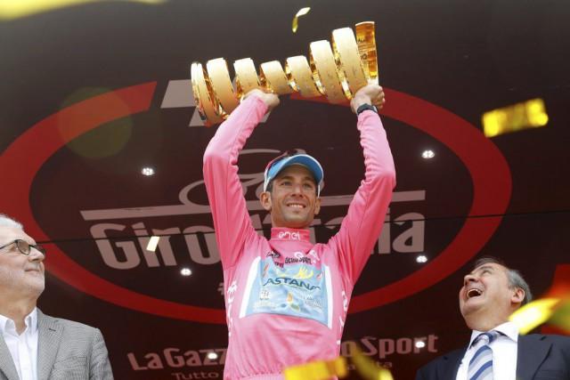 Vincenzo Nibali a soulevé son trophée sur le... (PHOTO LUK BENIES, AFP)