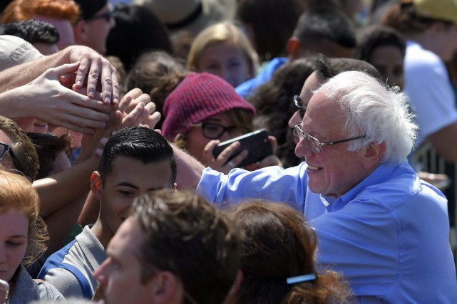 Bernie Sanders a salué ses partisans lors d'un... (PHOTO MARK J. TERRILL, AP)