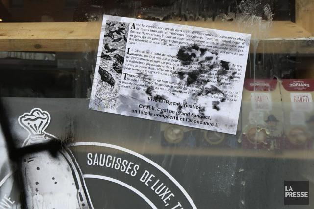 Une copie d'un communiqué célébrant la «dégentrification» été... (PHOTO ROBERT SKINNER, LA PRESSE)