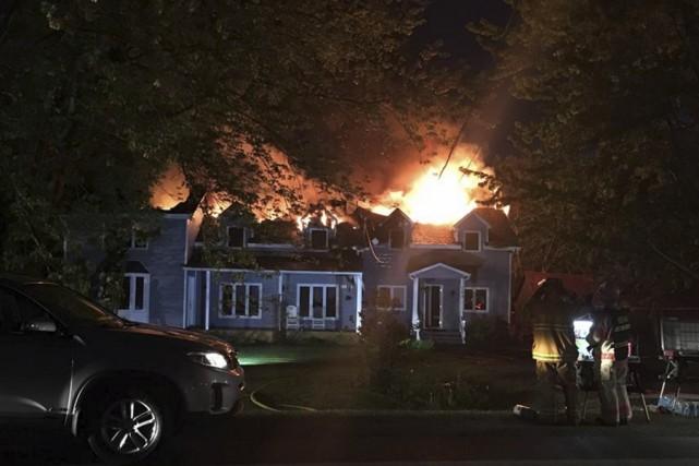 Le feu a pris naissance dans le toit... (fournie)