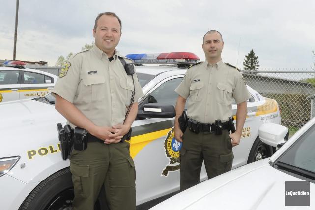 Le policier patrouilleur Evens Jean et le sergent... (Le Quotidien, Gimmy Desbiens)