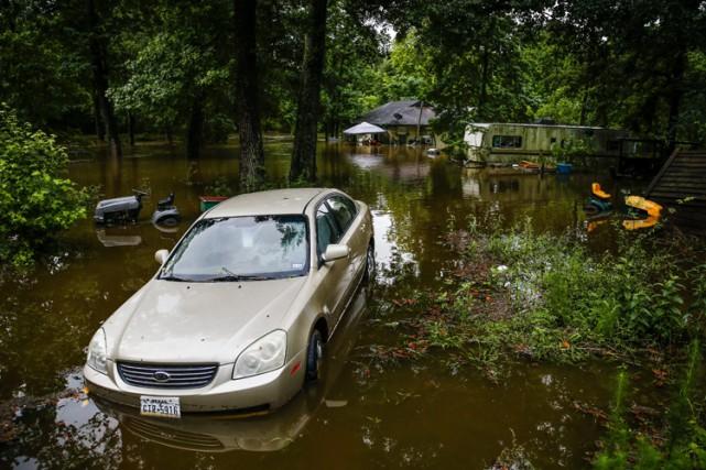 Les pluies diluviennes ont causé de fortes inondations... (PHOTO AP)