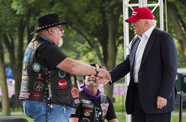 Trump sert la main d'un vétéran durant un... (Agence France-Presse)