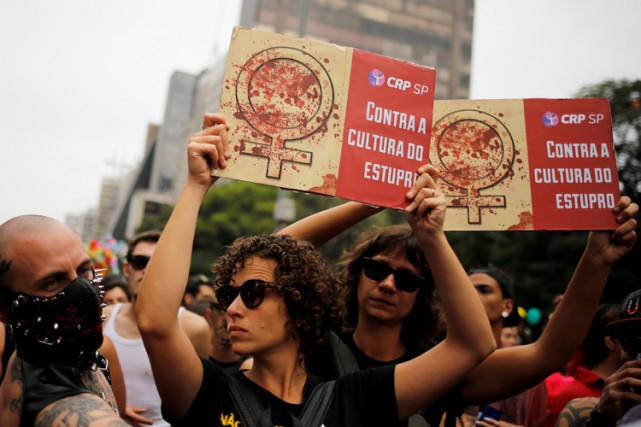 Des manifestantes à Sao Paulo brandissent des pancartes... (PHOTO REUTERS)