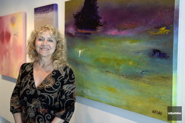 Ann Saint-Gelais est fière des toiles qui sont... (Photo Le Quotidien, Jeannot Lévesque)