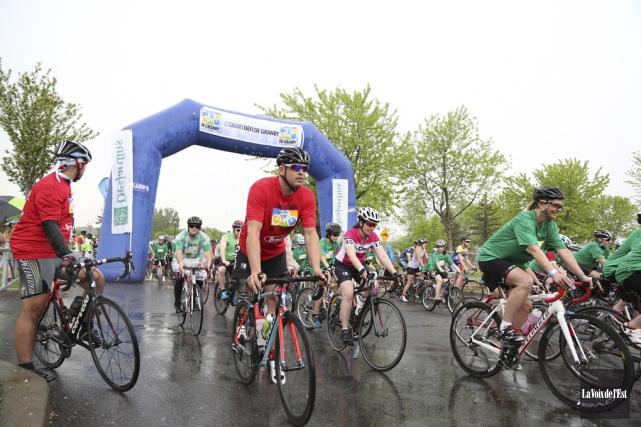 Plus de 200 cyclistes ont participé à la... (Julie Catudal, La Voix de l'Est)