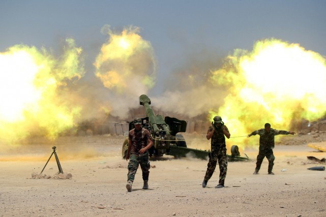 Des miliciens chiites combattant au côté des forces... (PHOTO Alaa Al-Marjani, REUTERS)