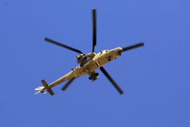 Un hélicoptère de l'armée iraquienne participant à l'assaut.... (Associated Press, Khalid Mohammed)