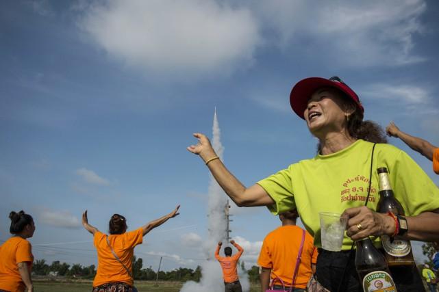 Des dizaines de fusées soigneusement décorées ont été... (PHOTO LILLIAN SUWANRUMPHA, AFP)