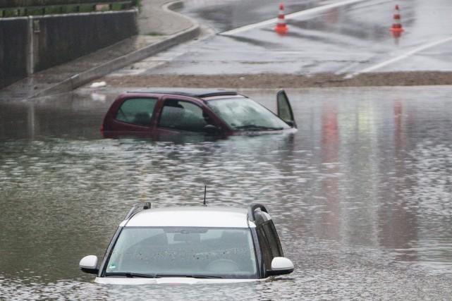 Des pluies diluviennes se sont abattues sur le... (PHOTO MARCHEL KUSCH, DPA/AP)
