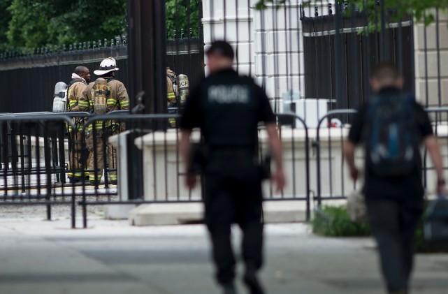 Des pompiers à l'entrée nord de la Maison-Blanche,... (Photo Brendan Smialowski, AFP)