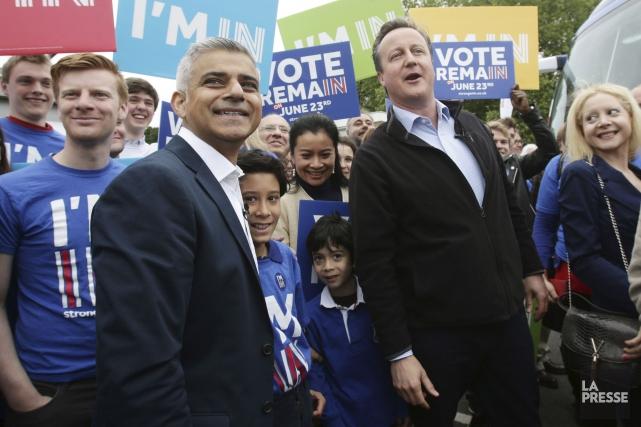 Le premier ministre britannique, David Cameron (à droite),... (AFP, Yui Mok)