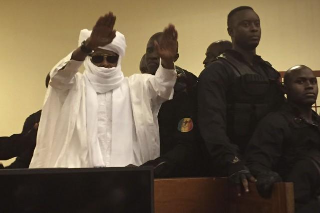 Après le verdict, Hissène Habré, resté jusque-là impassible,... (AP, Carley Petesch)