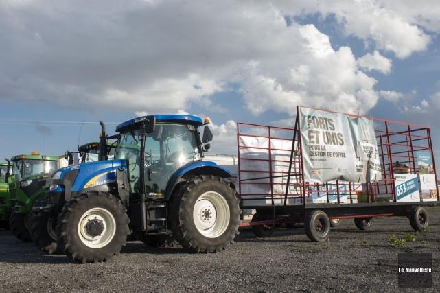 Le cortège de quatre tracteurs des producteurs de... (Stéphane Lessard, Le Nouvelliste)