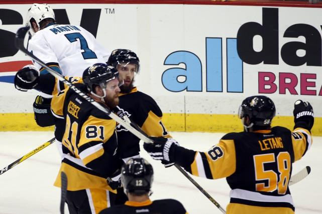 L'attaquant des Penguins de Pittsburgh Nick Bonino (13)... (AP, Gene J. Puskar)